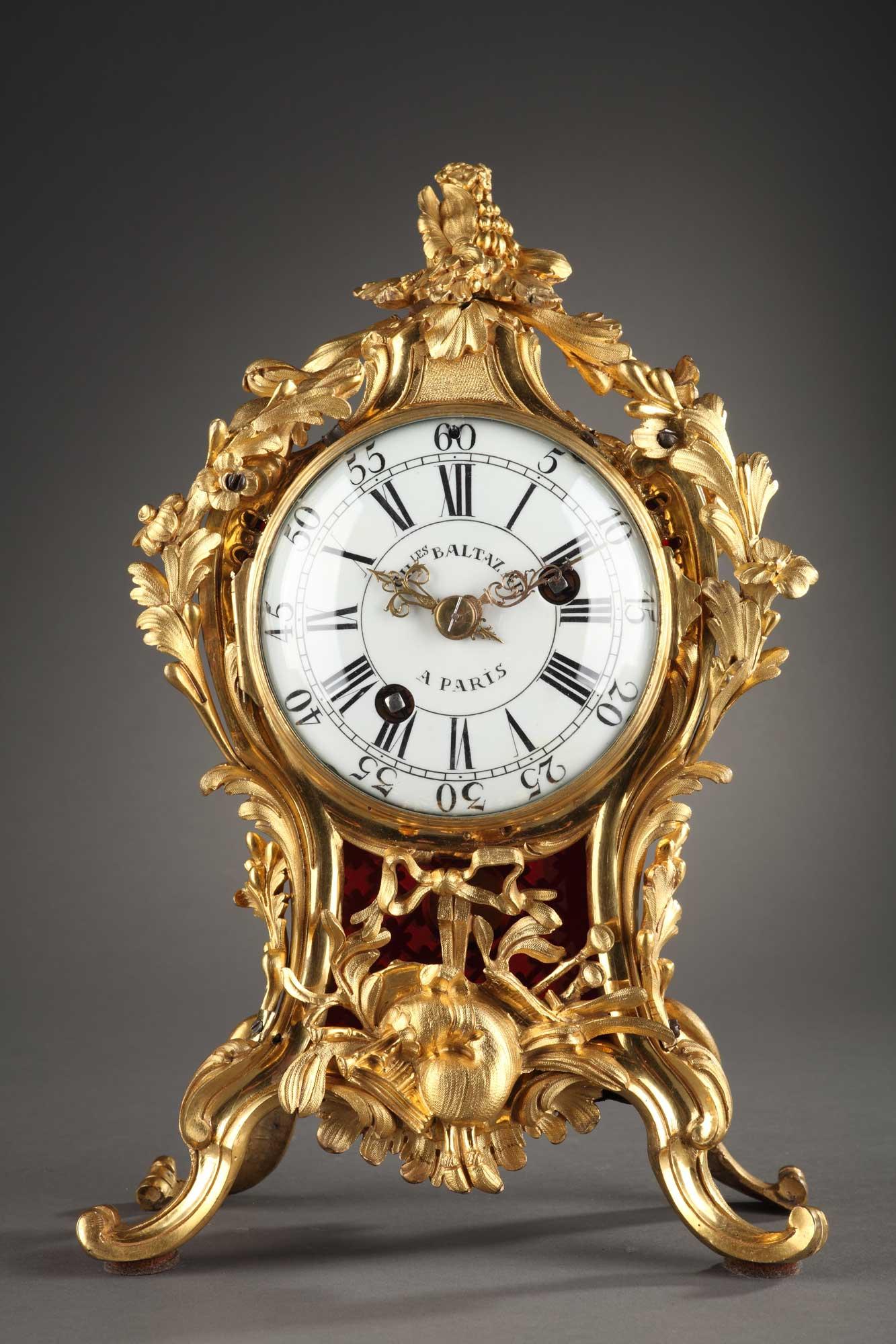 Cartel d'époque Louis XV à poser en bronze doré et ciselé. A décor de grenades, feuillages et attributs de musique.