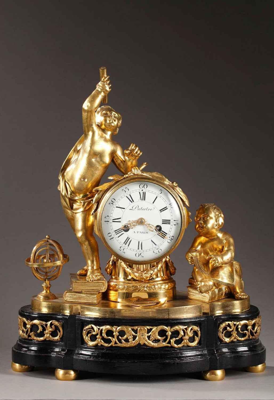Pendule en bronze doré et ciselé d'époque Transition Deux putti encadrent le mouvement.