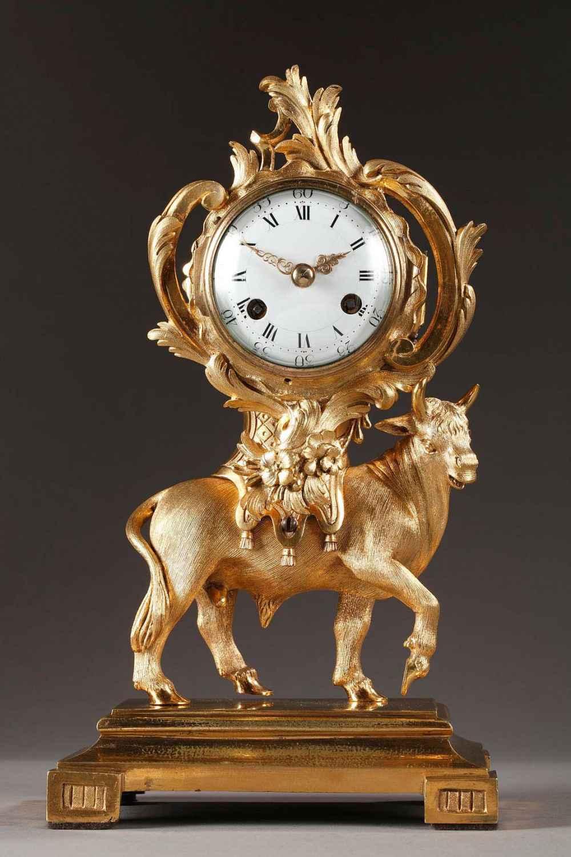 Pendule au taureau d'époque Transition, en bronze doré et ciselé.