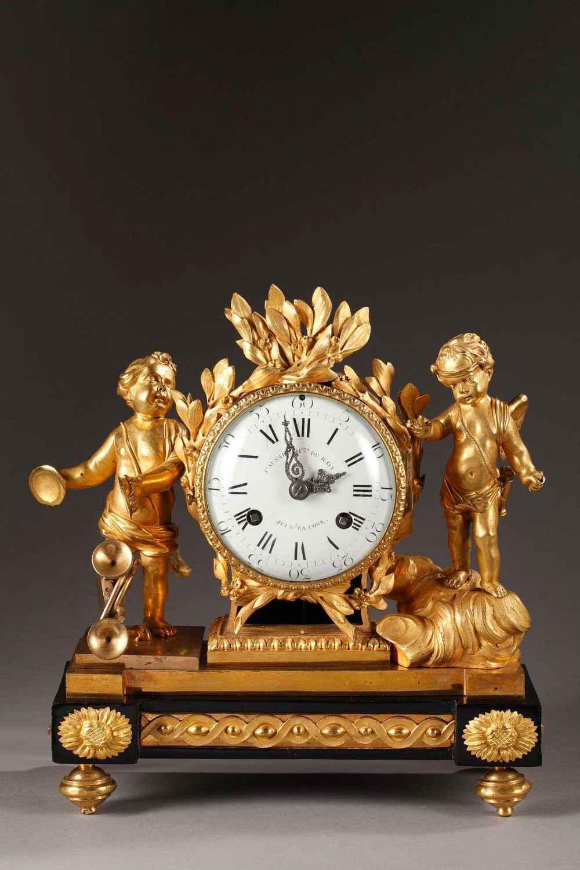 Pendule en bronze doré et ciselé, d'époque Louis XVI. Cadran en émail blanc signé Causard horloger du Roy suivant la cour, exceptionnelles aiguilles incrustées de marcassites.