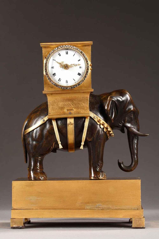 Rare pendule à l'éléphant en bronze doré, ciselé et patiné d'époque Empire. Très bel éléphant d'Asie en bronze patiné portant sur son dos le mouvement.