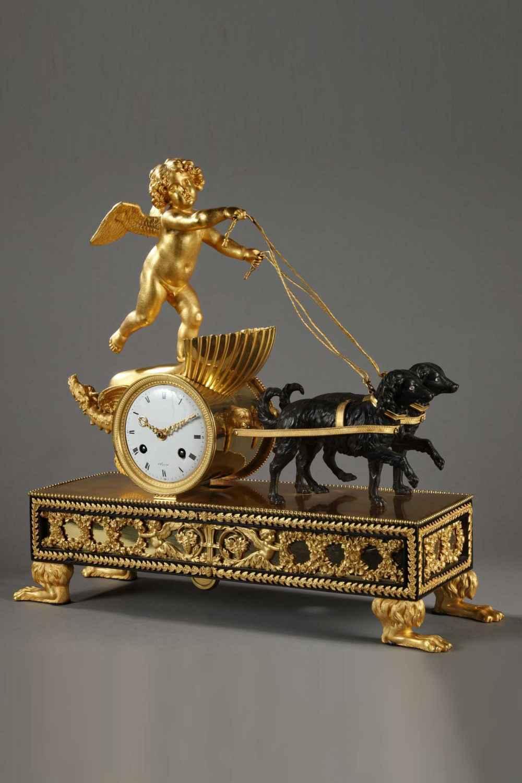 Pendule au char de l'Amour est en bronze doré, ciselé et patiné.